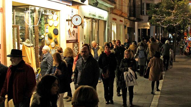 Mucha gente comprando y paseando por la calle Larga, en la tarde de ayer.