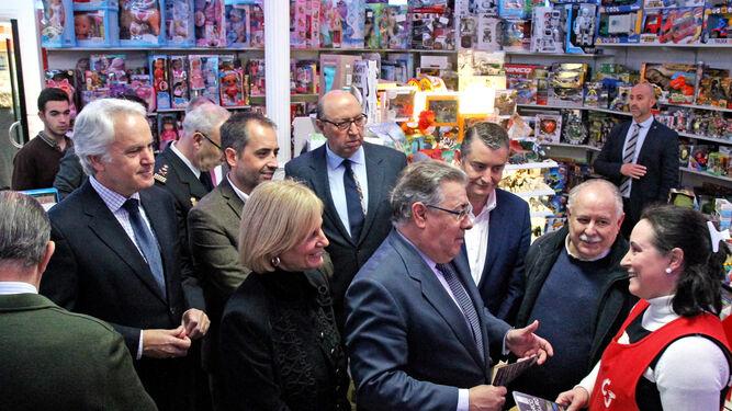 Juan Ignacio Zoido conversa con la presidenta de la Asociación de Comerciantes del Centro de Jerez (Acoje) y el presidente de la federación de vecinos Solidaridad, ayer en su recorrido por el centro.