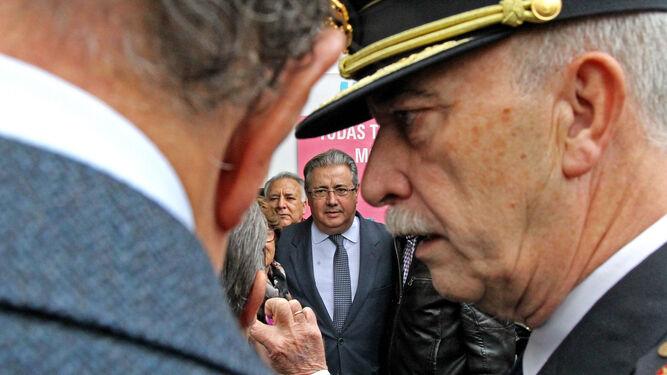 El ministro del Interior junto a miembros del cortejo policial y de dirigentes del PP que le acompañaron durante su paseo por el casco histórico.