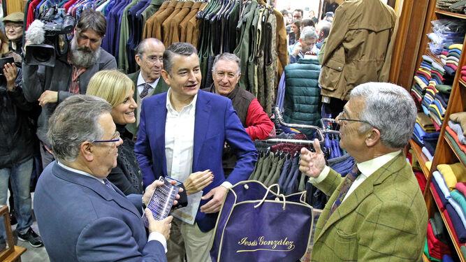 Zoido conversa con un comerciante de calle Larga junto al delegado del Gobierno en Andalucía y la ex alcaldesa.