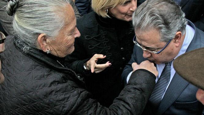 El ministro saluda cortésmente a Antonia Castro, madre de Juan Holgado, la víctima del crimen de la gasolinera.