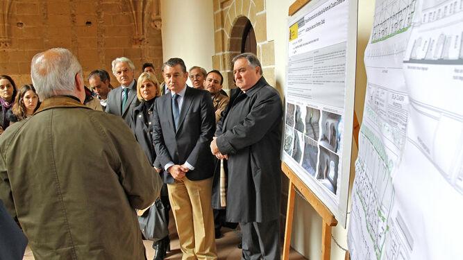 Las autoridades durante el acto de presentación de la obra.