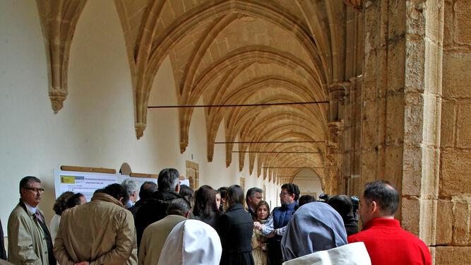 Dos hermanas de Belén observan el acto de inauguración, ayer en la Cartuja.