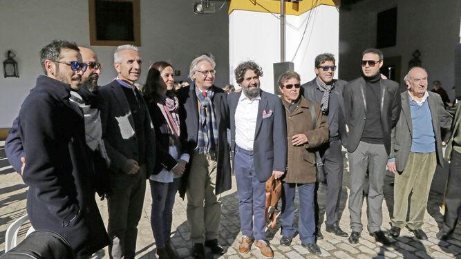 El consejero Miguel Ángel Vázquez posa con Cristina Saucedo, Francisco Camas, Rafael Infante y varios artistas.