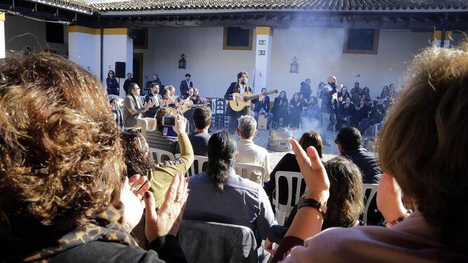 Una imagen de la zambomba celebrada a mediodía de ayer en los Museos de la Atalaya.