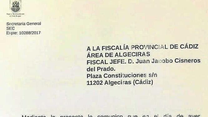 Ana Núñez firma su incorporación a la secretaría general de San Roque ante el alcalde, Juan Carlos Ruiz Boix, en 2012.