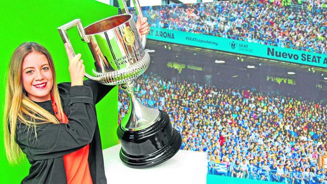 Aficionada posa junto a la Copa del Rey.