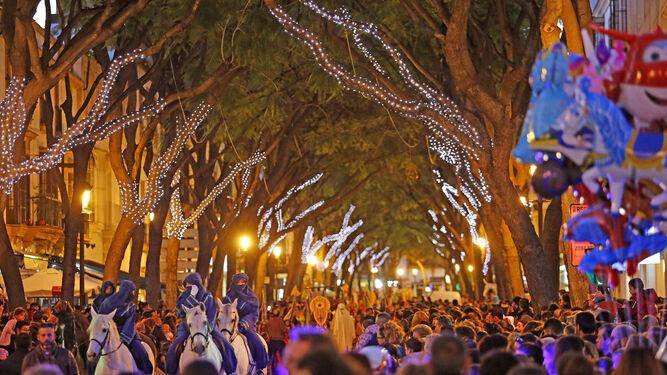 Espectacular imagen del cortejo del Gran Visir a su paso por la Porvera antes de su entrada a alameda Cristina ayer.