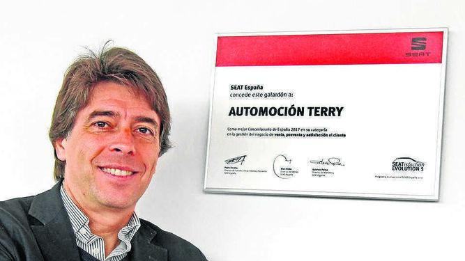 Gerente del Concesionario jerezano David Herrera, posando junto a la placa al mejor concesionario Seat de España en 2017.