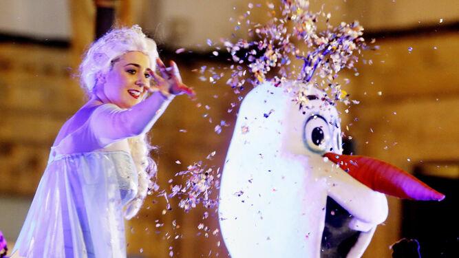 Helena y Olaf, de 'Frozen', saludan a los ciudadanos.