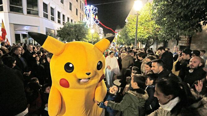 Pequeños piden una foto al personaje Pikachu.