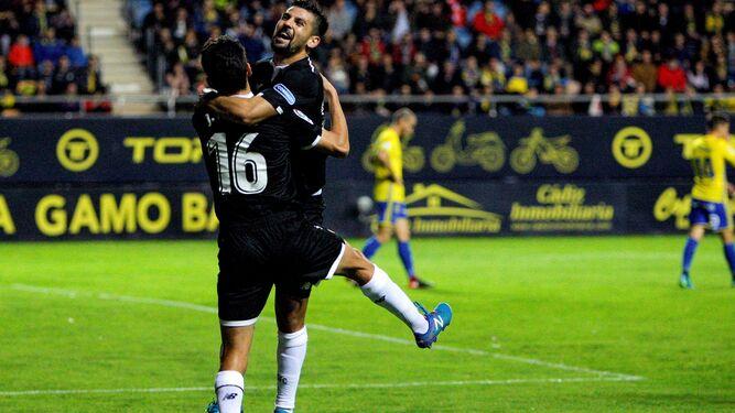 Jesús Navas celebra con Nolito su gol