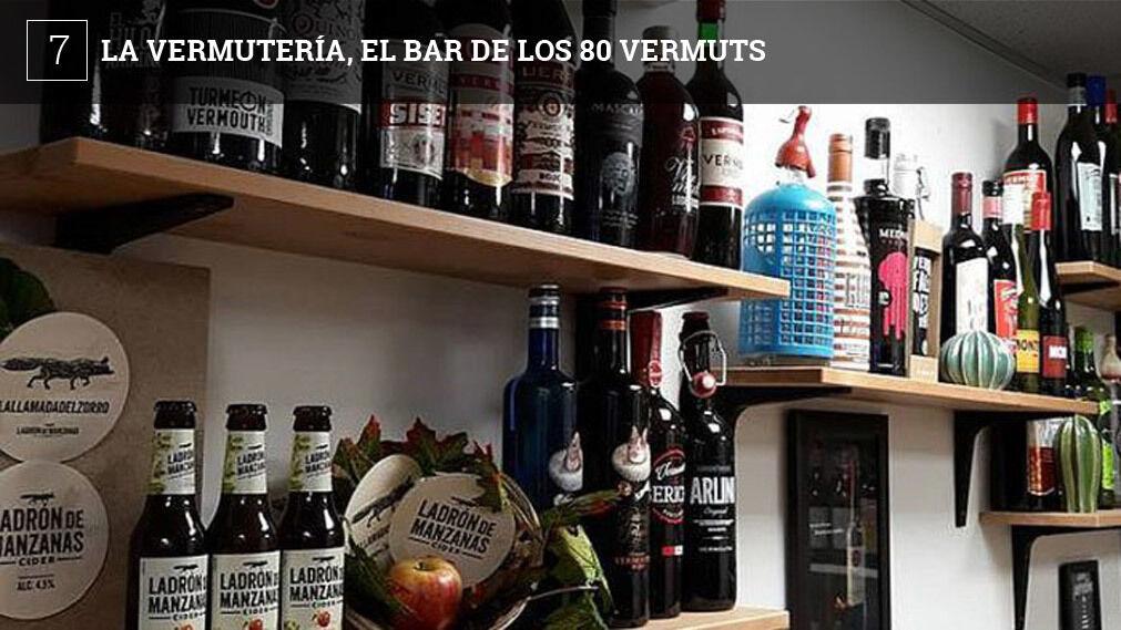 La Vermutería, situado junto al hospital Puerta del Mar de Cádiz, llega ya a ofertar a sus clientes casi 80 tipos de vermuts. Todos se pueden degustar por copas en el propio establecimiento donde ofrecen para acompañarlos tanto chacinas como conservas u otros productos gourmet.