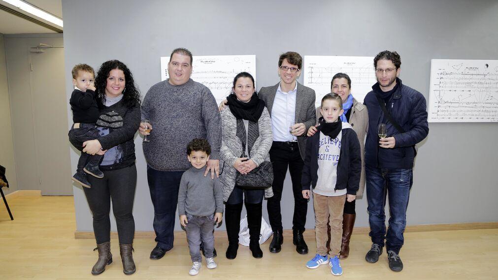 El artista posa con su familia tras la presentación.