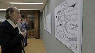Una de las personas asistentes a la cita observa una de las obras.