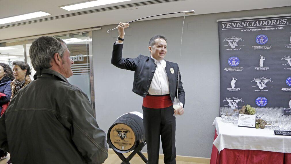 El venenciador Jesús Rubiales sirve una copa.