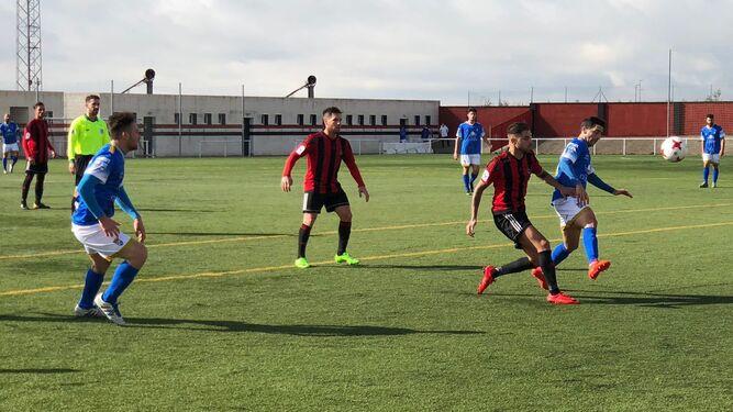 David Narváez, que fue titular en el José Juan Romero Gil, trata de controlar el balón ante un futbolista rojinegro.