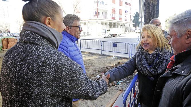 La alcaldesa, visitando ayer unas obras en la calle Maestro Álvarez Beigbeder.