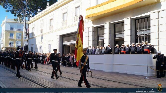 Parada castrense ante las autoridades civiles y militares.