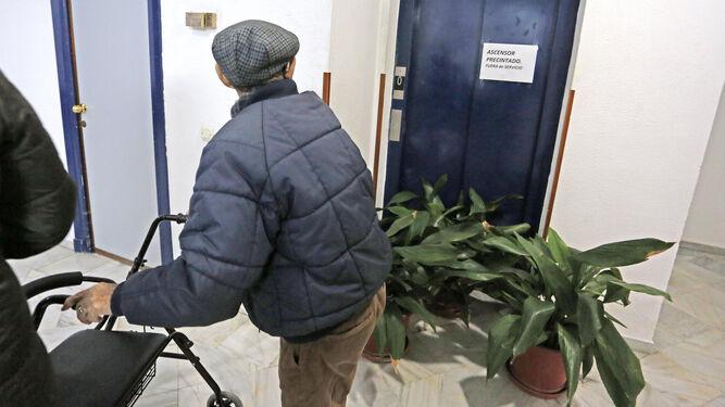 Un hombre pasa ante el ascensor fuera de servicio del centro de mayores de Las Angustias.