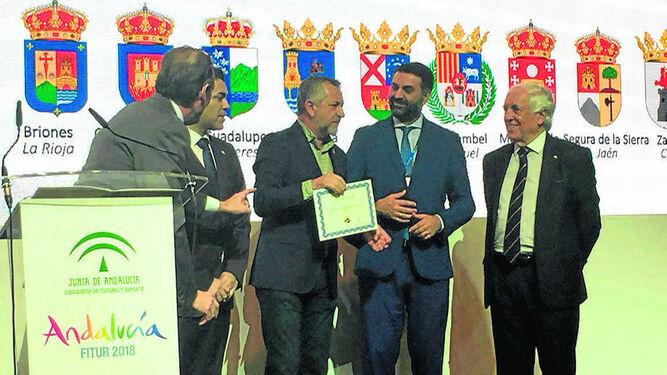 Juan Nieto con el diploma de Zahara como uno de los pueblos más bonitos.