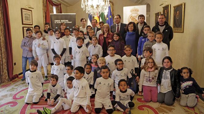 Emilio Butragueño, acompañado de la alcaldesa, Manuel Caro (Caixabank) y los alumnos de la Escuela de la Fundación del Real Madrid.