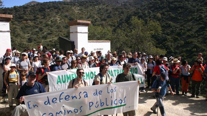 Imagen de una de las marchas en defensa de los caminos públicos organizada por Ecologistas en Acción.