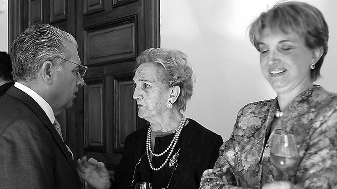 Lledó habla con Pilar Plá y Carmen Borrego durante el homenaje que le rindieron en 2005 por su jubilación.