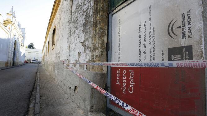 Una de las chapas que operarios municipales colocaron ayer en un acceso de la bodega abandonada.
