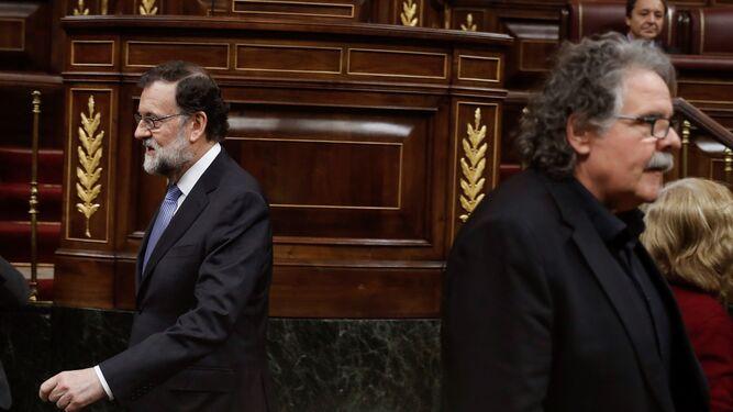 El presidente del Gobierno, Mariano Rajoy, y el diputado de ERC Joan Tardá, poco antes de arrancar ayer la sesión de control al Gobierno en el Congreso.