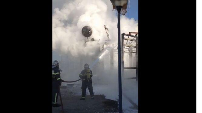 Los bomberos, ayer en pleno trabajo., lanzando espuma.