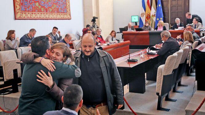 Ana Fernández abraza en el pleno a Manuel Bertolet en presencia de Raúl Ruiz-Berdejo.