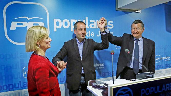 García-Pelayo y Saldaña se abrazan ayer en la rueda de prensa celebrada tras la ejecutiva local del partido.