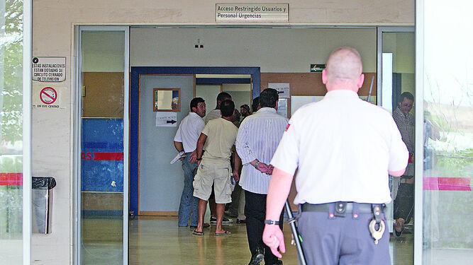 Un vigilante de espaldas en la puerta del área de Urgencias del hospital.