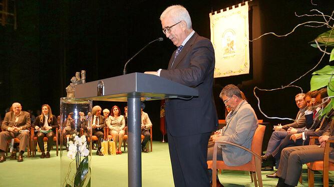 El vicepresidente de la Junta de Andalucía, Manuel Jiménez Barrios, durante el discurso institucional en el Teatro Moderno de Chiclana tras la entrega de los galardones.