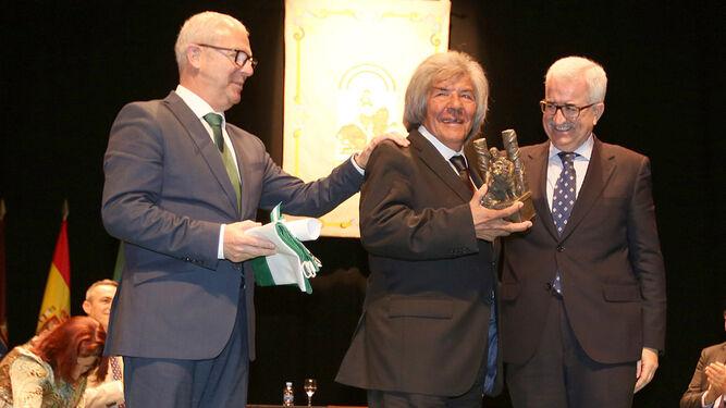 'Rancapino' muestra la distinción junto a Juan Luis Belizón y Jiménez Barrios.