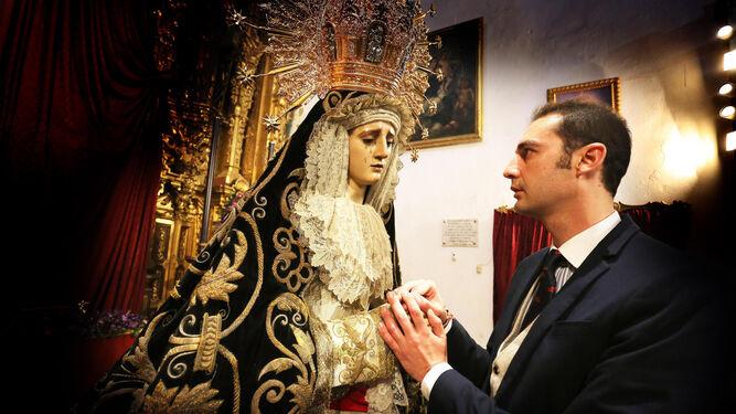 Antonio Gallardo Monje frente a una de las advocaciones de su vida como es Nuestra Señora de la Soledad.