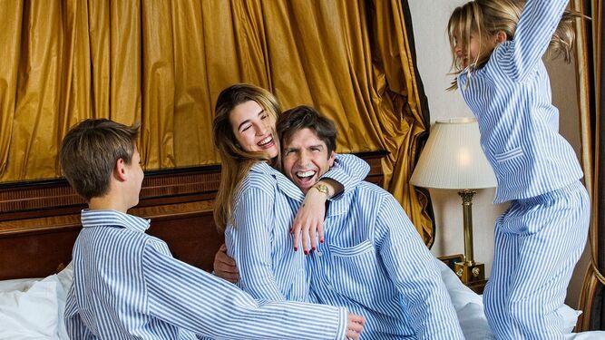 Manuel Díaz 'El Cordobés' posa divertido con sus tres hijos: Alba, Manuel y Triana.