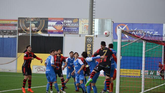 El pontanés Maero espera el balón para cabecear a la red el tercer gol del San Fermín ante el Guadalcacín