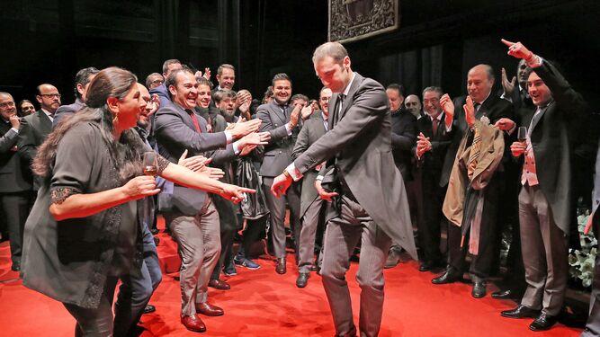 El pregonero marcándose una bulería, con el buen compás de su gente, tras echarse el telón.