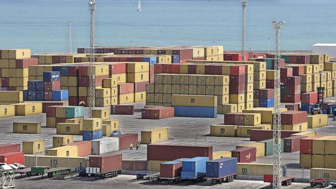 Contenedores a la espera de ser cargados en el puerto gaditano.