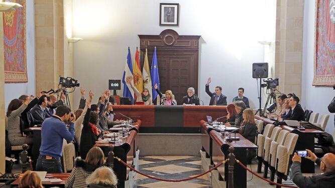 Momento en el que PSOE, Ganemos e IU votan a favor del presupuesto de 2018.