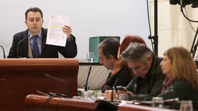 Santiago Galván defiende ayer el documento económico.