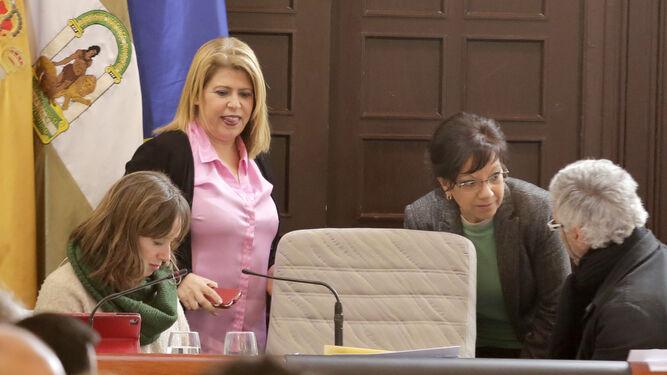 La alcaldesa abandona el pleno tras la aprobación del presupuesto.