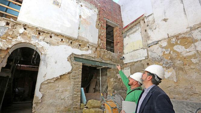 1. Arquitecto y arqueólogo, junto al tramo de barbacana hallado en la casa. 2. Los técnicos señalan huellas del tiempo en la muralla. 3. Al fondo, parte del torreón descubierto en la finca. Fotos: PASCUAL