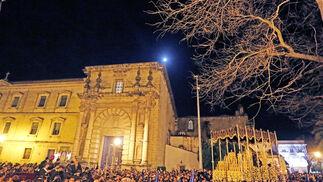 El paso de palio de La Concepción busca la puerta lateral de Santo Domingo para refugiarse por la lluvia que empezó a caer ya entrada la noche del Viernes Santo.