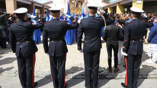 Militares de la Armada saludando la salida del Cristo de la Exaltación.