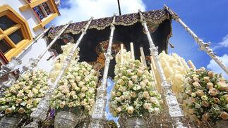 La Virgen de la Concepción Coronada, dejando atrás la iglesia de Las Viñas el pasado Viernes Santo. Protagonismo especial cobra en la fotografía el arreglo floral.