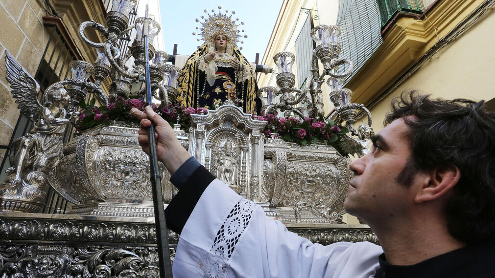 La Virgen de Loreto, en su paso plateado, por el barrio de San Pedro