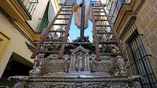 Vista trasera del paso de la Virgen de Loreto por las estrecheces de San Pedro. La Cruz tiene gran protagonismo en este misterio.